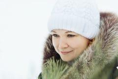 Den unga nätta kvinnan i en vinter parkerar utomhus Royaltyfri Fotografi