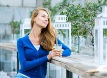 Den unga nätta kvinnan dricker coctailen Arkivfoton
