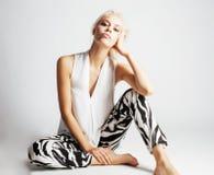 Den unga nätta kvinnan med blont hår på vit bakgrund, sinnlig makeup, danar den sexiga blicken, livsstilfolkbegrepp Royaltyfri Bild