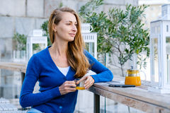 Den unga nätta kvinnan tycker om kopp te Arkivbild