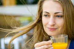 Den unga nätta kvinnan tycker om kopp te Arkivfoton