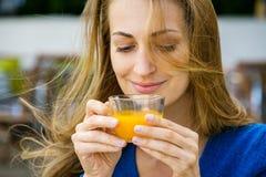 Den unga nätta kvinnan tycker om kopp te Fotografering för Bildbyråer