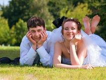 Den unga nygift person kopplar ihop Arkivfoto