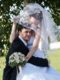 Den unga nygift person kopplar ihop Arkivfoton