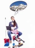Den unga och härliga hemmafrun tänker av något som är rolig Arkivbilder