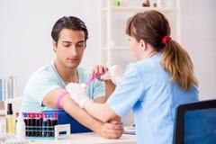 Den unga patienten under blodprovtillvägagångssätt royaltyfri fotografi