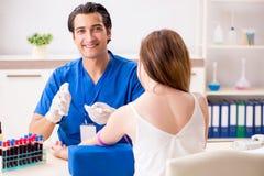 Den unga patienten under tillvägagångssätt för provtagning för blodprov arkivbilder