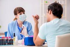 Den unga patienten under tillvägagångssätt för provtagning för blodprov arkivfoton