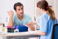 Den unga patienten under tillvägagångssätt för provtagning för blodprov royaltyfri foto