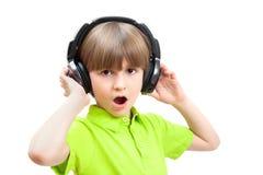 Den unga pojken är sjungande Royaltyfria Bilder