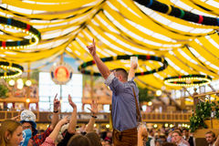 Den unga pojken firar Oktoberfest Royaltyfri Bild