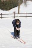 Den unga pojken går på längdlöpning skidar på den vita snön Royaltyfri Fotografi