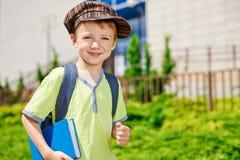 Den unga pojken går till skolan. Arkivbilder