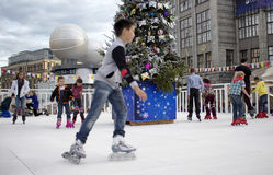 Den unga pojken i oskarp rörelse och barn åker skridskor royaltyfria foton