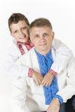 Den unga pojken kramar hans fader Royaltyfria Bilder