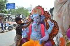 Den unga pojken målar Ganesha Royaltyfri Foto