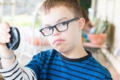Den unga pojken med besegrar syndrom Arkivfoto