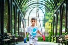 Den unga pojken med leksaksvärd parkerar in Royaltyfria Bilder