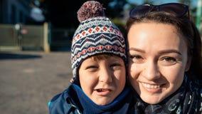 Den unga pojken och den unga kvinnan gör framsidor Fotografering för Bildbyråer