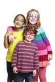Den unga pojken och två flickor med vänder mot målning av katten, fjäril och Arkivfoto