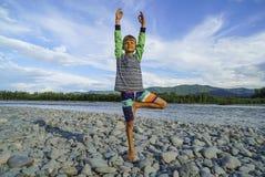 Den unga pojken som gör trädet, poserar yoga Royaltyfri Bild