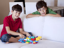 Den unga pojken spelar med leksaker Royaltyfria Foton