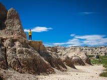 Den unga pojken står på en stenig hylla i Souths Dakota Black Hills Royaltyfri Bild