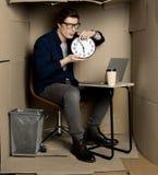 Den unga positiva chefen håller klockan arkivbilder