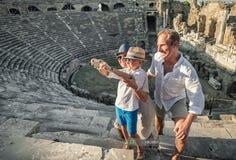 Den unga positiva familjen tar ett självfoto på de antika sikten in Arkivbild