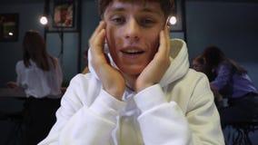 Den unga positiva grabben talade av honom på datoren eller talade till någon på kameran i sociala nätverk arkivfilmer