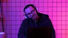 Den unga pro-gameren som spelar i online-videospel, förlorar stor turnering och svikas royaltyfri bild