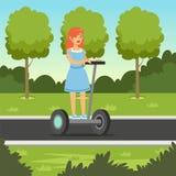 Den unga rödhårig mankvinnaridningen på sparkcykeln i stad parkerar, för hjulmedlet för elkraft två illustrationen för vektorn stock illustrationer