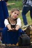 Den unga reenactoren och krukan på Borodino slåss historisk reenactment i Ryssland Arkivfoton