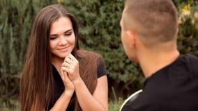 Den unga romantiker i natur spelar hans flickvän på gitarren arkivfilmer