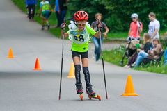 Den unga rullskateboradåkaren är på vägen royaltyfria bilder