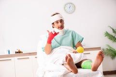 Den unga s?rade mannen som blir i sjukhuset arkivbilder