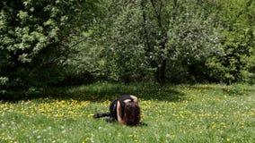 Den unga sexiga dansarekvinnadansen i parkerar arkivfilmer