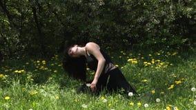 Den unga sexiga dansarekvinnadansen i parkerar stock video