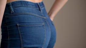 Den unga sexiga kvinnan bär jeans stock video