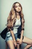 Den unga sexiga kvinnan i jeans kortsluter mode skjuten studio Arkivfoton