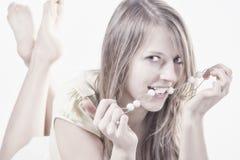 Ståenden av attraktivt ungt ha på sig för kvinna pryder med pärlor Royaltyfri Foto