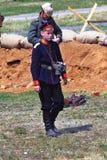 Den unga soldaten-reenactor går på stridfältet arkivbild