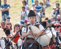 Den unga solisten av säckpipa på festivalen av Rozhen 2015 i Bulgarien royaltyfri bild