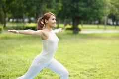 Den unga sportflickan gör yoga Royaltyfria Bilder