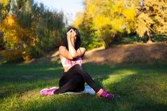 Den unga sportflickan gör yoga i parkera, skönhetkvinna royaltyfria foton