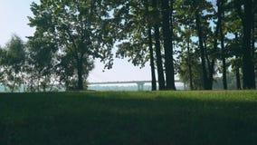 Den unga sportgrabben som kör spåret i sommaren, parkerar I bakgrunden ses som bron som lämnar bilen lager videofilmer
