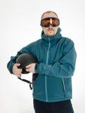 Manen med goggleshållen skidar hjälmen Arkivbild