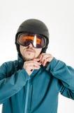 Manen med goggles som sätter på, skidar hjälmen Royaltyfri Foto