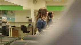 Den unga sportkvinnan utarbetar i idrottshall Cardio utbildning running treadmill stock video