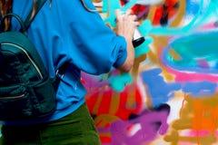 Den unga stads- målaren drar grafitti modern iconic kultur av gataungdom Modern design för begrepp arkivfoto
